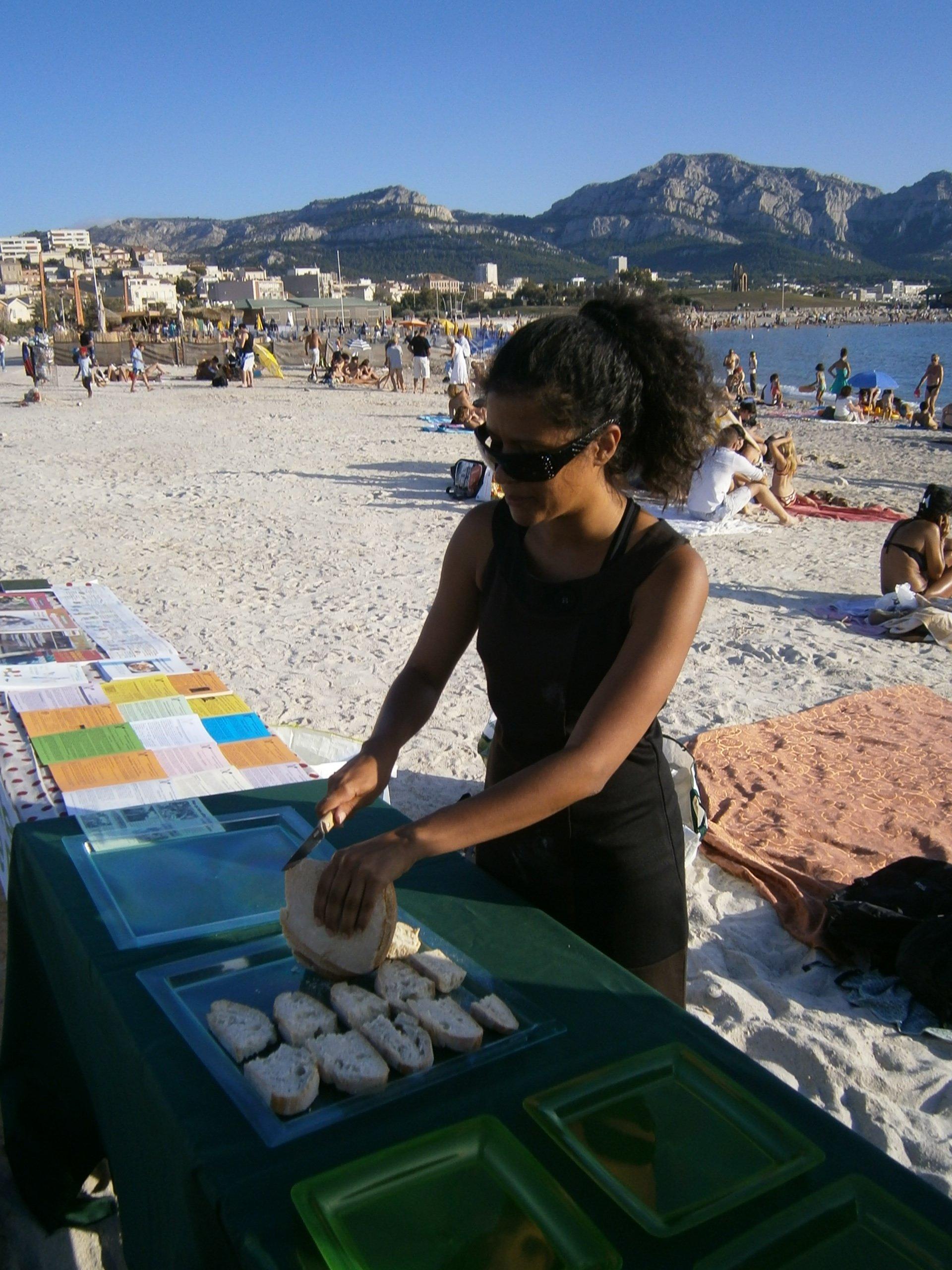 Sara à un stand d'info à Marseille