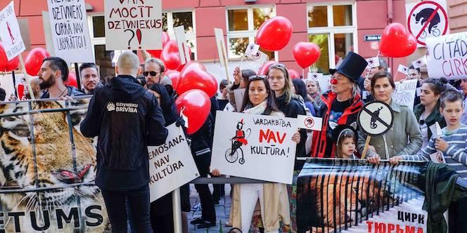 Manifestant devant le Parlement letton