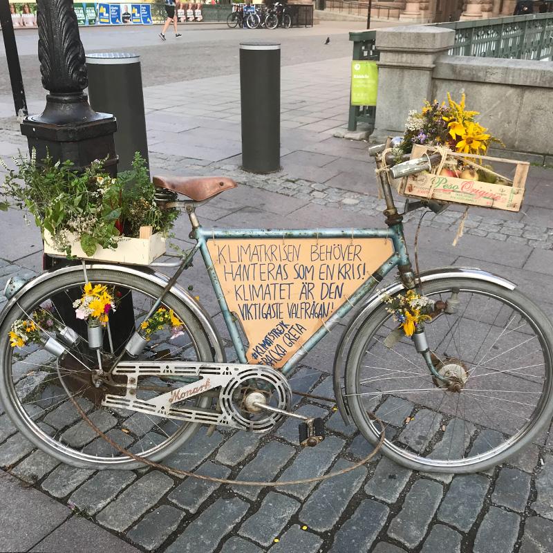 Le vélo de Greta est chargé en messages pour le climat.