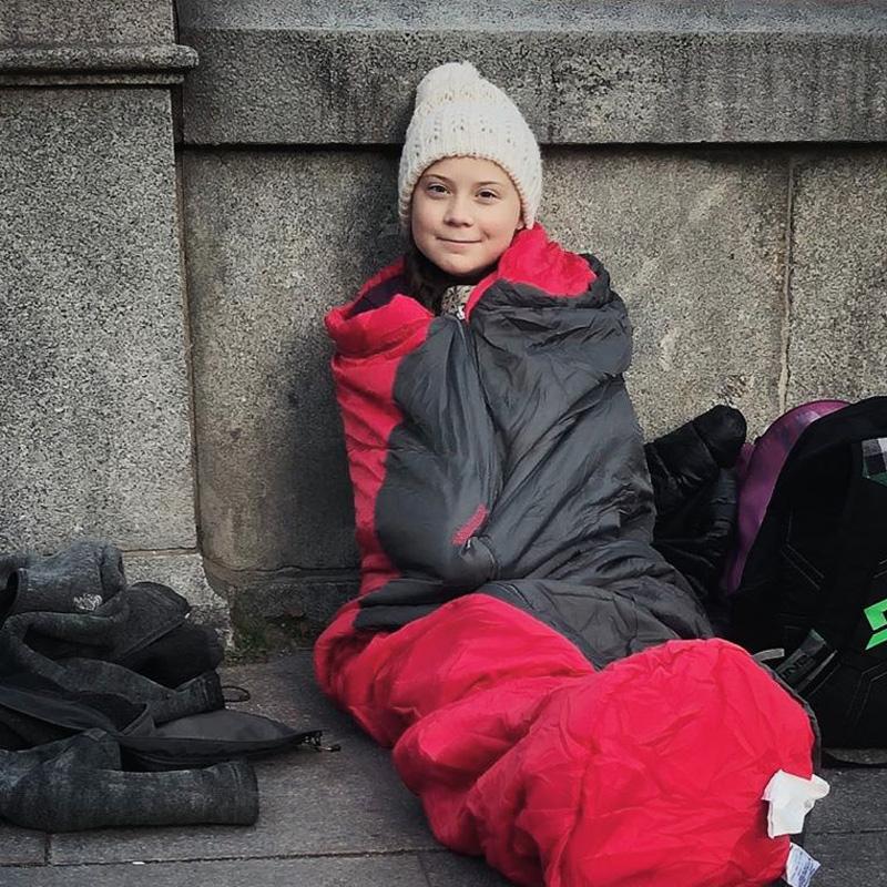 Greta manifeste pour le climat devant le Parlement suédois.