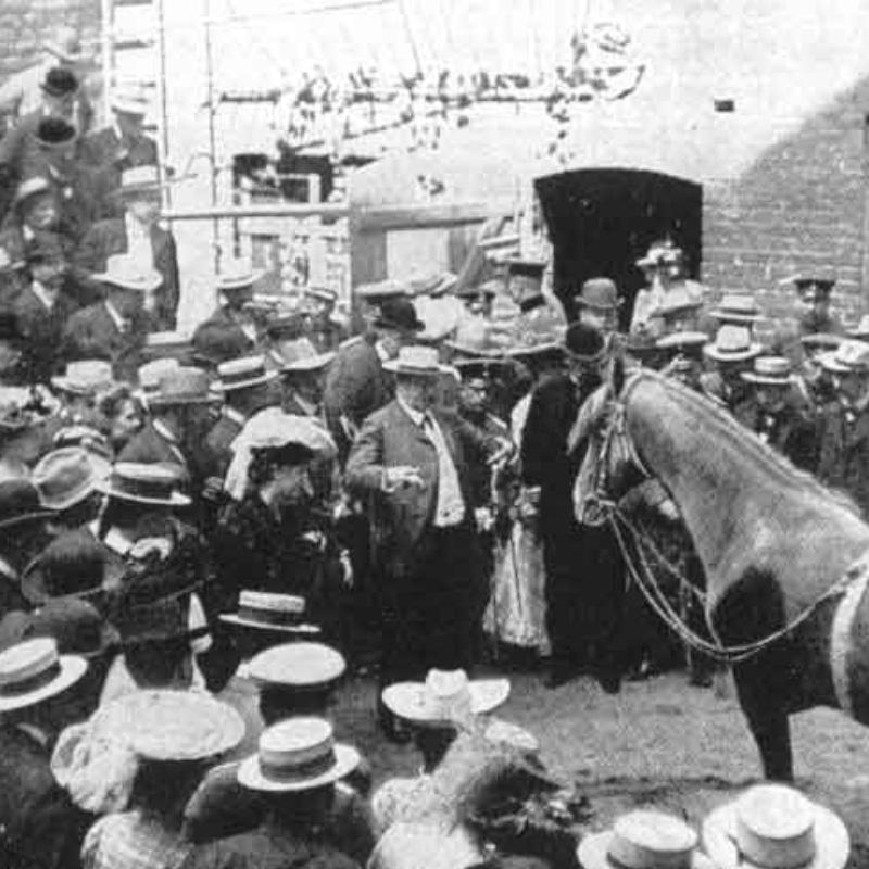 La foule accourt pour voir les exploits de Hans.