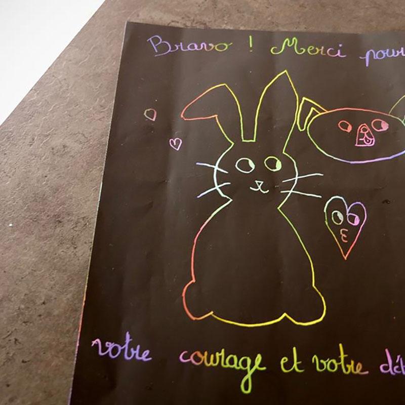 Les enfants de l'association Clama ont offert un dessin à Charlotte.