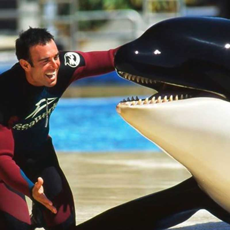 John était très proche de l'orque Takara.