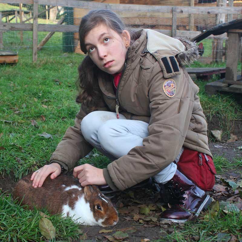 Estelle, la lapine, aime beaucoup les câlins.