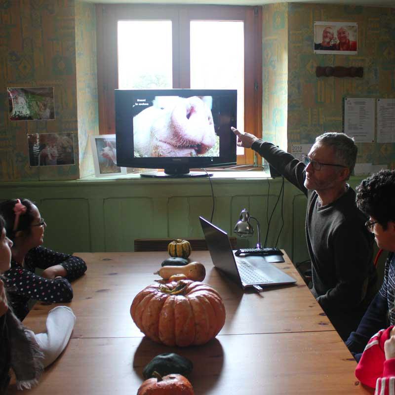Jean-Luc explique aux élèves comment il a créé le refuge.