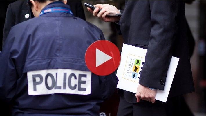 Clip de la remise des dossiers aux grands chefs parisiens
