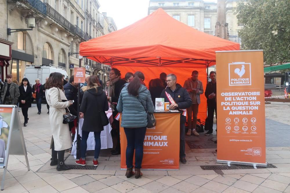 Stand d'information des bénévoles de Bordeaux